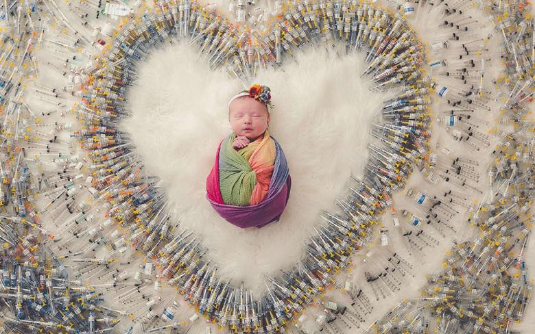 سر صورة الطفلة المحاطة بإبر طبية