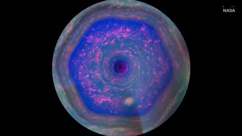 ناسا تكتشف دوامة جديدة فوق كوكب زحل