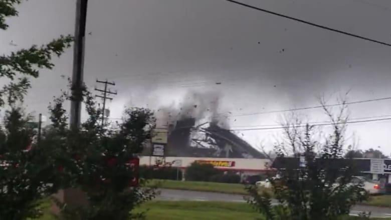 فيديو مرعب.. إعصار يقتلع أسقف المباني والأشجار في فرجينيا