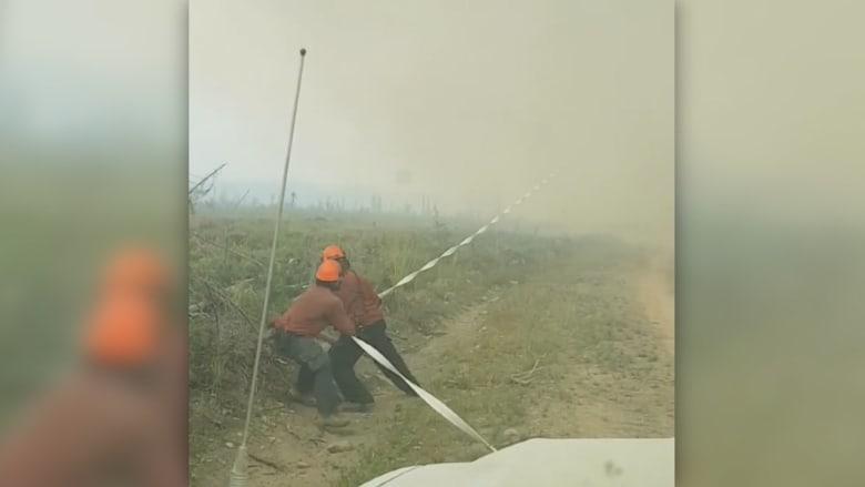 """إعصار ناري """"يمتص"""" خرطوم حريق ويصهره على ارتفاع 200 قدم"""