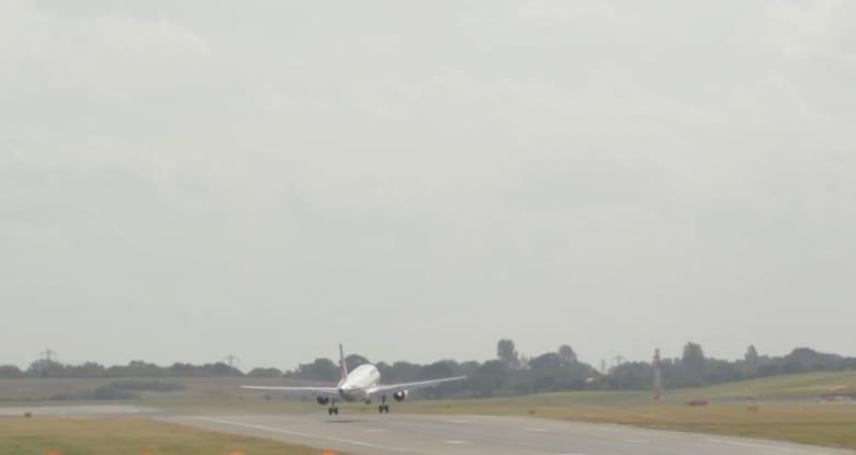 رياح قوية تمنع طائرة من الهبوط.. شاهد ما حدث!