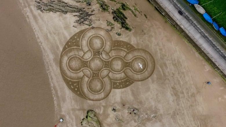 لوحات رملية غامضة على شواطئ بريطانيا.. ما قصتها؟