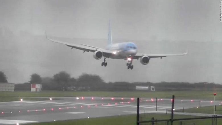 طائرة ركاب تهبط اضطرارياً بسبب العواصف في بريطانيا