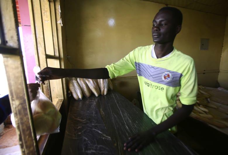 حكومة السودان تقر حزمة إجراءات جديدة لخفض أسعار الخبز