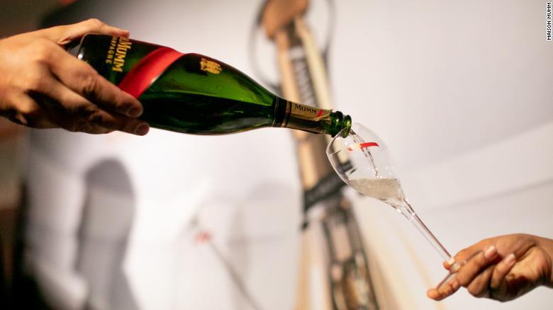 للمشاهير وكبار الشخصيات في أستراليا.. نمل مطحون وشامبانيا عالية التقنية