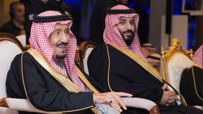 العاهل السعودي يؤدي العرضة النجدية خلال زيارة للقصيم
