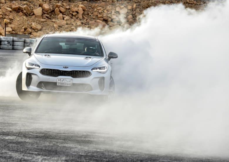 """وسط سحابة من الغبار المنبعث.. سائقة """"تفحيط"""" سعودية تتحدى الصورة النمطية"""