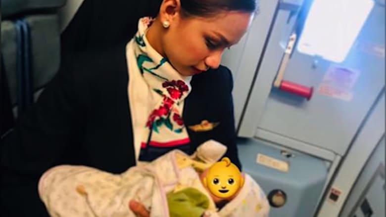 مضيفة طيران تُرضع طفلة أحد الركاب