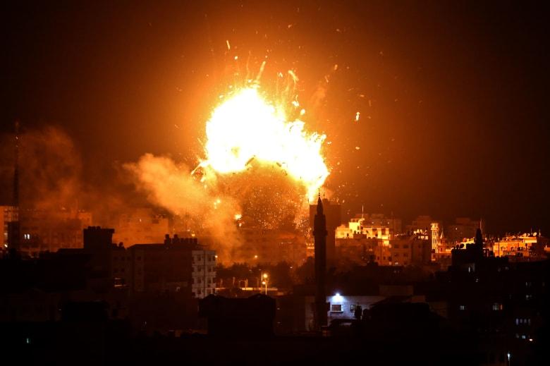 """إسرائيل تدمر مبنى قناة """"الأقصى"""" التابعة لحماس.. والحركة تطالب برد دولي"""