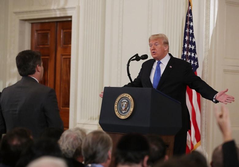 شبكة CNN تقاضي ترامب و5 من مساعديه.. وتطالب بإعادة منح تصريح دخول أكوستا للبيت الأبيض