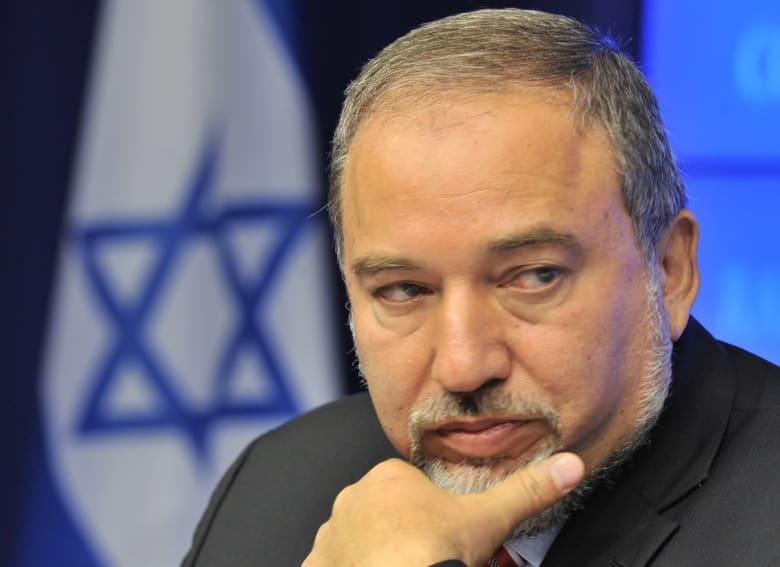 بسبب المساعدة القطرية ووقف إطلاق النار.. ليبرمان يعلن استقالته من الحكومة الإسرائيلية
