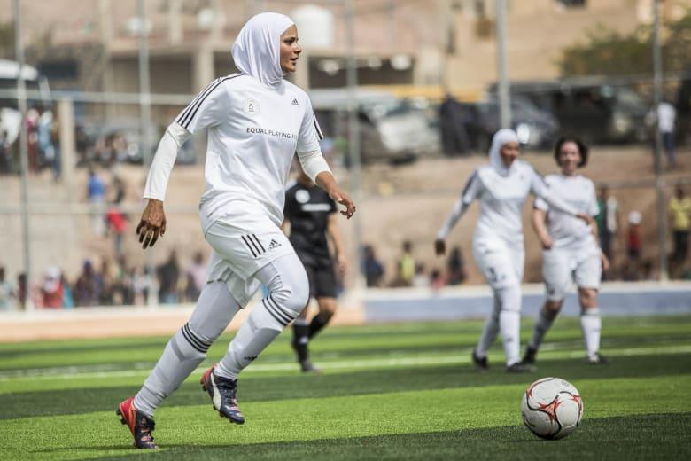 من هي المصرية التي تمكن الإناث واللاجئين من خلال الرياضة في أستراليا؟
