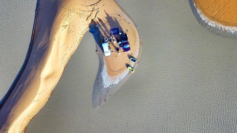 فوتوغرافي يوثق صور قوارب تسبح وسط صحراء الدهناء بالسعودية