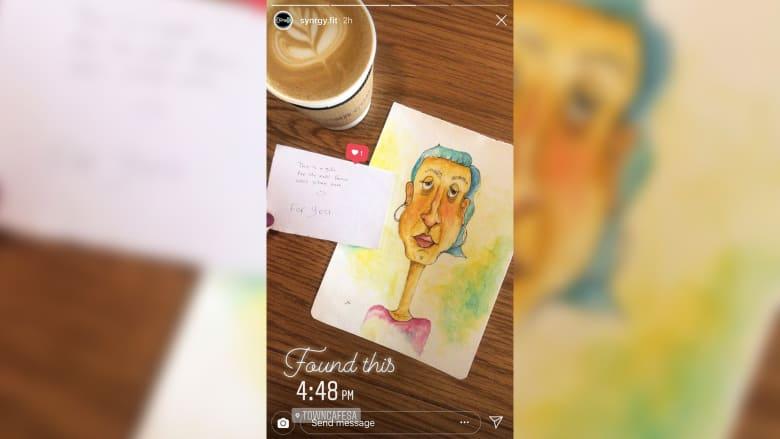 ما الذي تتركه هذه الفنانة السعودية كهدية للغرباء في مقاهي السعودية؟