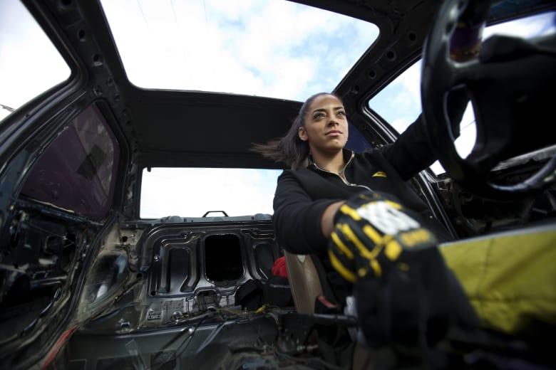 عشقت ألعاب السيارات بدلاً من الباربي.. من هي سائقة التفحيط الفلسطينية؟