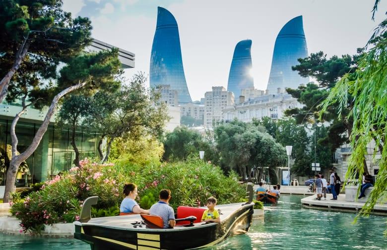 """بقنواتها المائية الزمردية.. استكشف """"البندقية الصغيرة"""" العائمة بأذربيجان"""