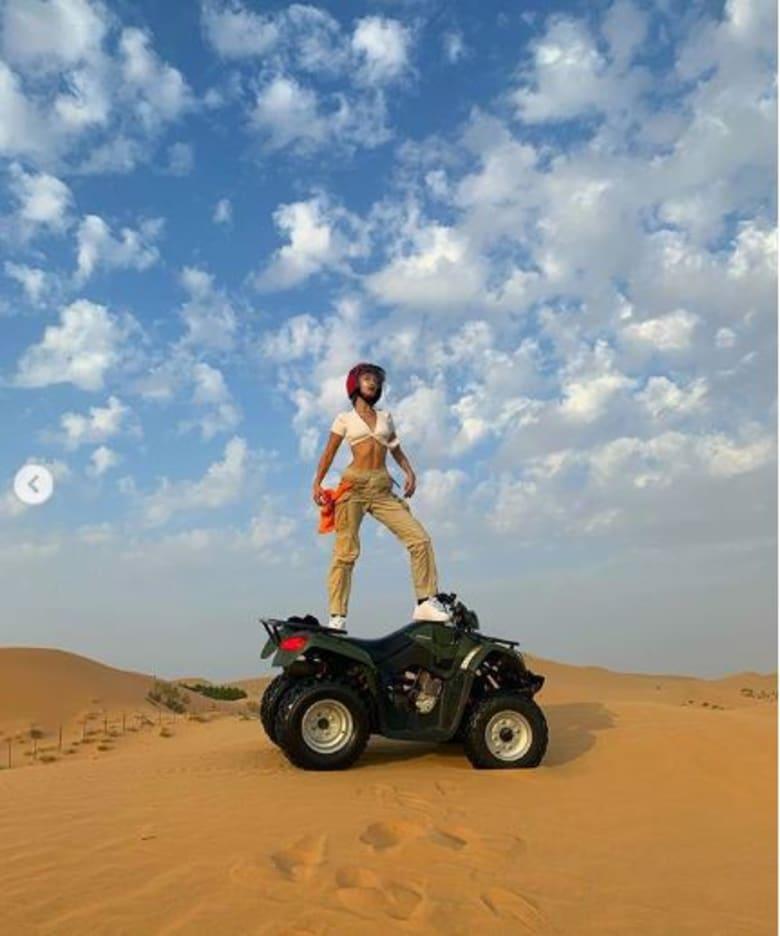 ماذا فعلت بيلا حديد أثناء رحلتها البرية الصحراوية في أبوظبي؟