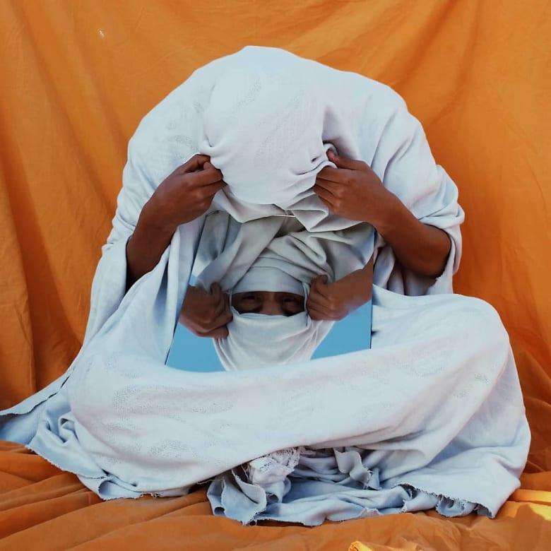 كيف يقوم هذا المصور المغربي بالتحرر من كل ما هو اجتماعي وروتيني؟