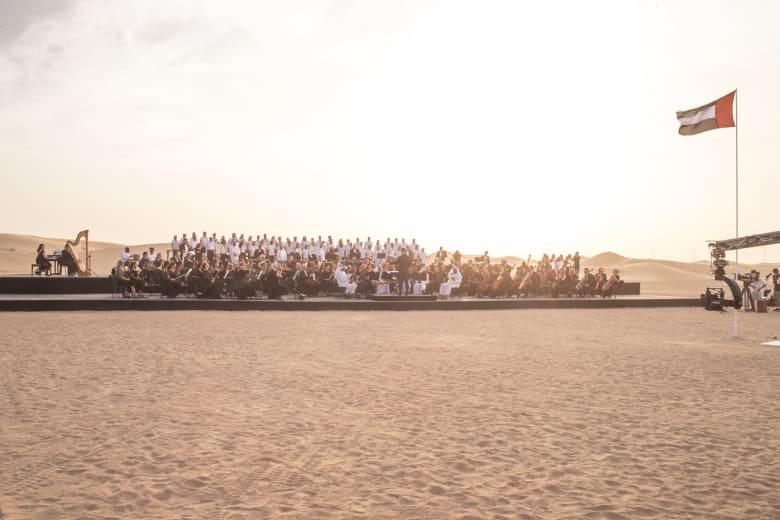 من رحم الكثبان الرملية..أوركسترا وسط صحراء دبي