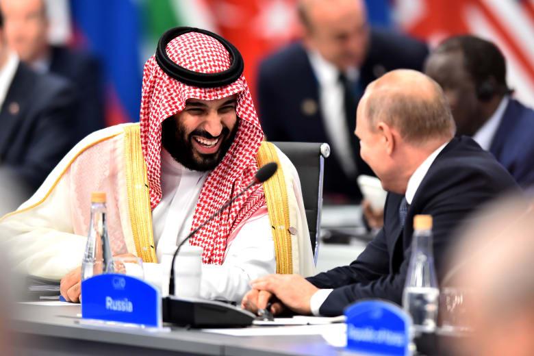"""تفاعل كبير على مصافحة بوتين ومحمد بن سلمان """"الحارة"""".. ومغردون يقارنوها بمصافحة أردوغان"""