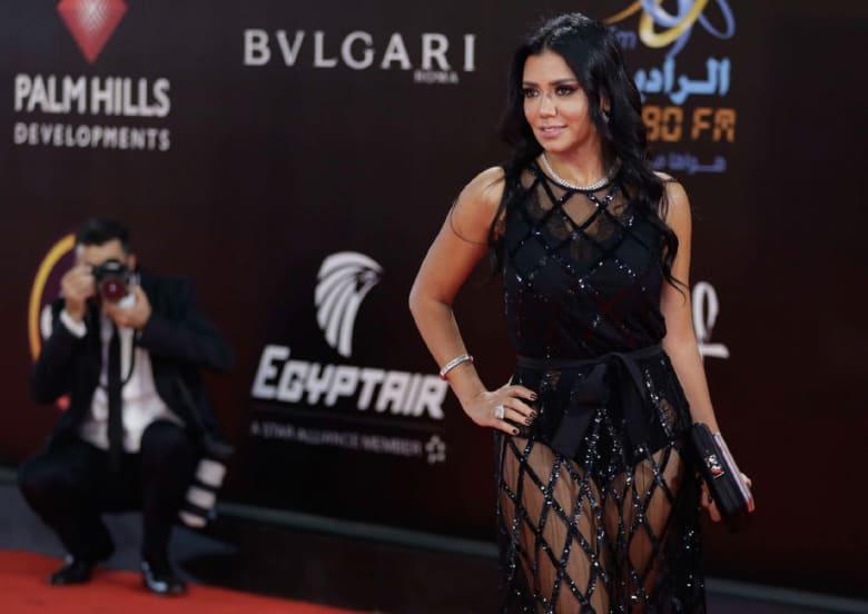 رانيا يوسف في أول حديث على الهواء بعد أزمة الفستان: القماشة شدت البطانة