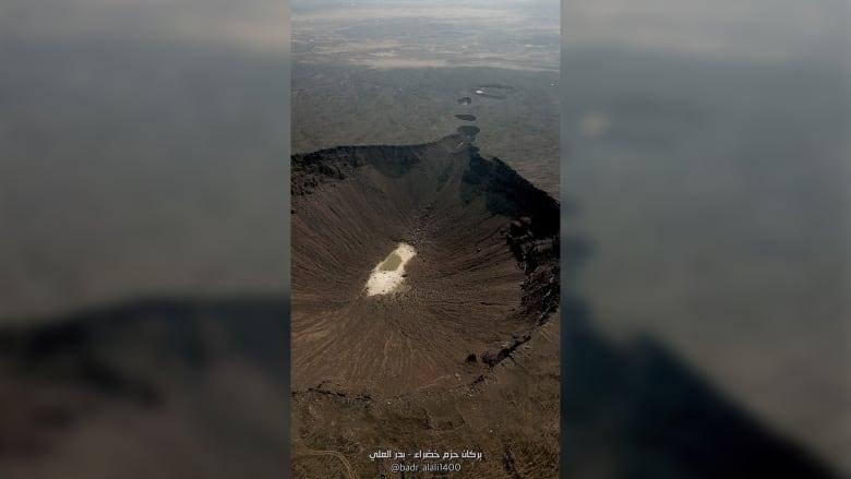 بعدسة مصور سعودي.. كيف تبدو هذه الفوهة البركانية من الأعلى؟