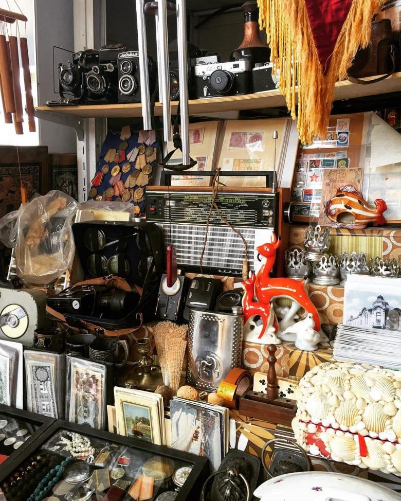 من جرو إلى كاميرا قديمة من العصر السوفييتي.. إليك ما ستجده في هذا السوق الأذربيجاني