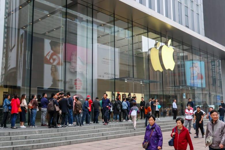 جولة جديدة من الحرب التجارية.. الصين تحظر معظم هواتف آيفون