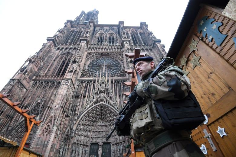 """مدعي عام باريس: المشتبه بتنفيذه هجوم ستراسبوغ اسمه شريف وصرخ """"الله أكبر"""""""