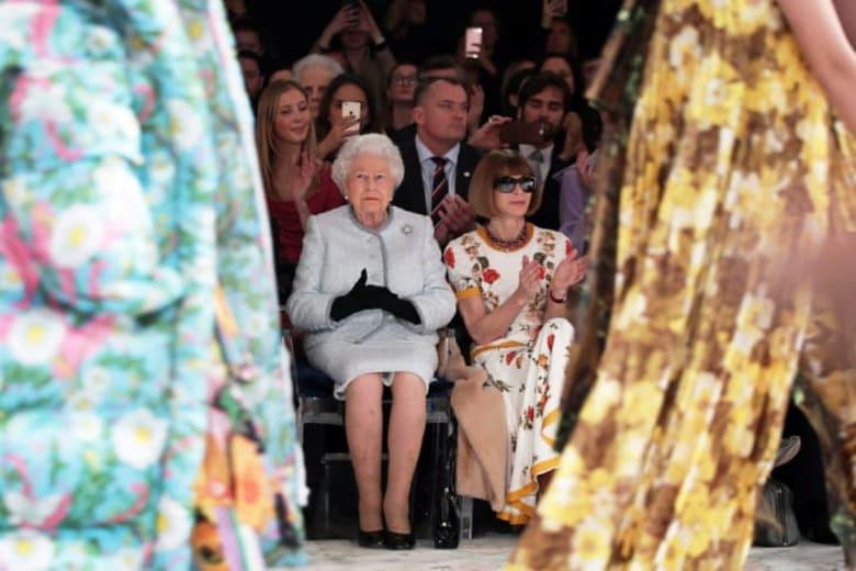 تعرفوا إلى المصمم الشاب الذي جذبت تصاميمه الملكة إليزابيث