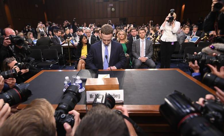 فيسبوك تشارك بيانات المستخدمين مع 150 شركة
