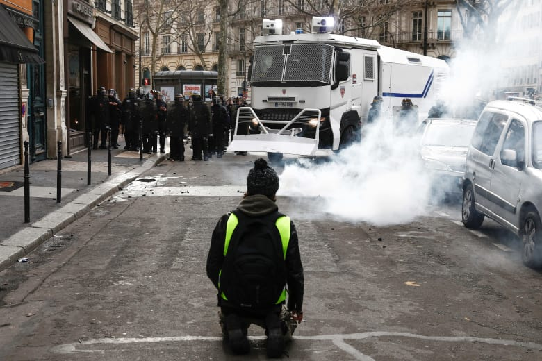 السفارة السعودية في فرنسا تحذر مواطنيها من الاحتكاك بالمتظاهرين في باريس