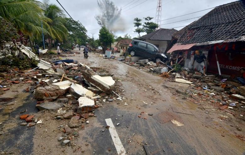 عشرات القتلى للآن بتسونامي ضرب إندونيسيا
