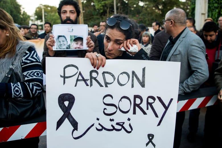 """مئات المغاربة أمام سفارتي النرويج والدنمارك بلافتات كتب عليها """"Sorry"""""""