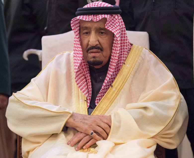 العاهل السعودي وولي عهده يشاركان بصلاة الميت على الأمير طلال