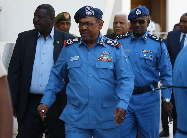 وسط احتجاجات السودان.. البشير يشيد بأداء الشرطة والداخلية تؤكد دعمها له