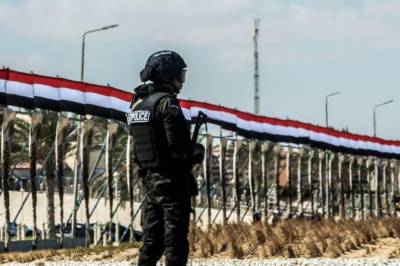 مقتل شرطي خلال تفكيك عبوة ناسفة أمام إحدى الكنائس في مصر