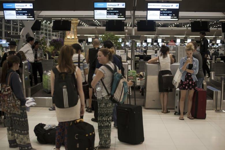 """فتاة سعودية تحاول الهرب من أسرتها.. و""""إيقافها"""" في مطار بانكوك"""