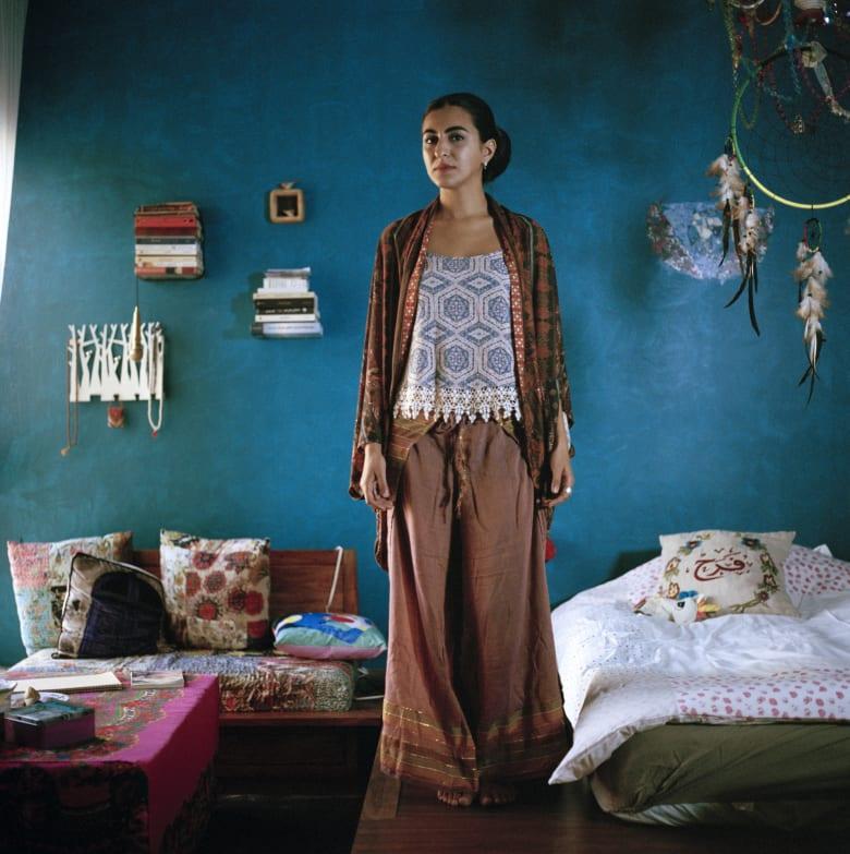 من داخل غرفهن.. كيف تعيد هذه الصور تعريف المرأة الكويتية المعاصرة؟