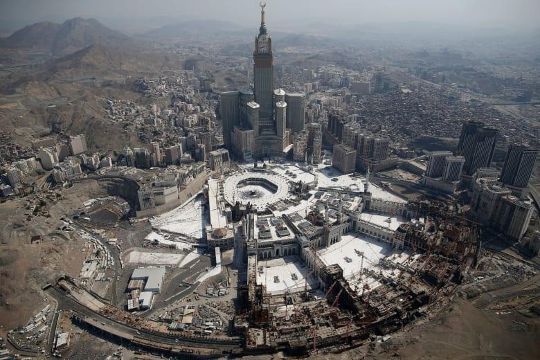"""بين من اعتبرها """"رسائل من الله"""" والتوضيح الرسمي.. تداول مقاطع انتشار حشرات في مكة"""