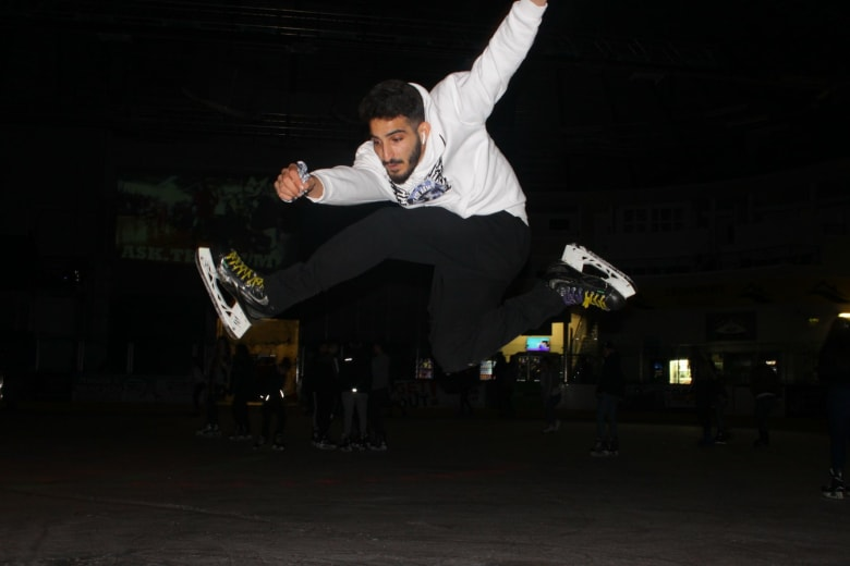"""""""ملك الجليد"""" االعربي يقفز ليبهر المتفرجين في إنكلترا"""