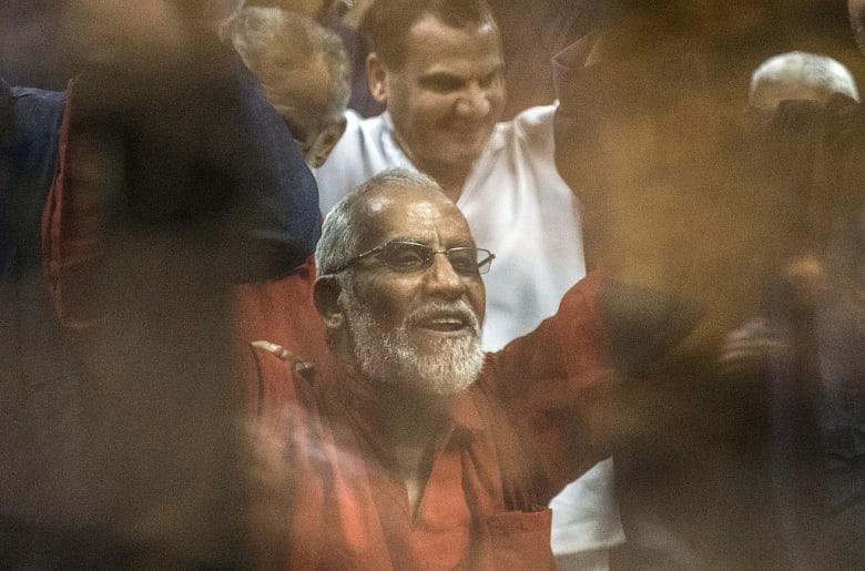 """براءة مرشد الإخوان و6 آخرين في """"أحداث مسجد الاستقامة"""" بمصر"""