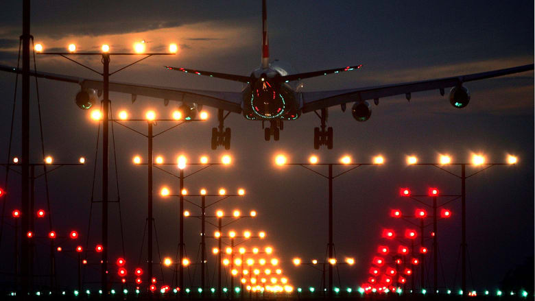 كيف يهبط الطيارون في حال عدم رؤيتهم لمدرج الطيران؟
