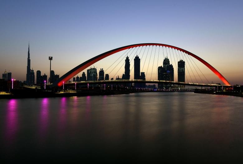 صورة لجسر التسامح للمشاة الرابط بين ضفتي قناة دبي المائية
