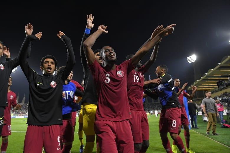 مغردون: جماهير عُمانية تحتفل مع لاعبي قطر بعد الفوز على العراق.. والراوي يشكرهم