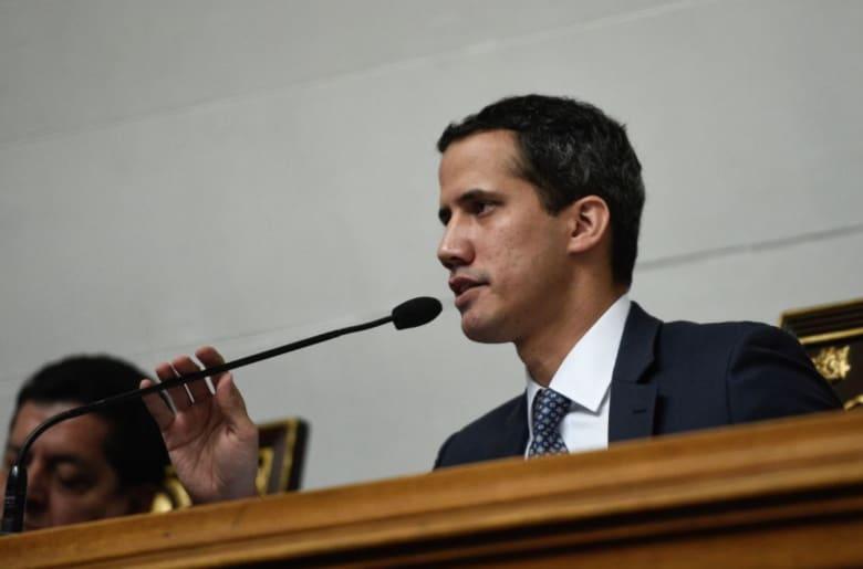 رئيس الجمعية الوطنية ينصّب نفسه رئيساً لفنزويلا بدل مادورو