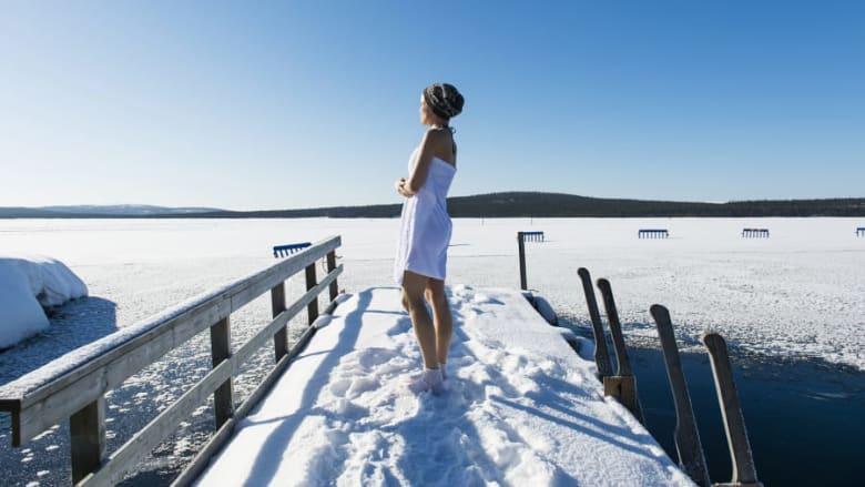 ما علاقة السباحة في الجليد بكون فنلندا أسعد دولة بالعالم؟