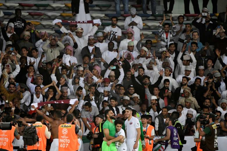 للمباراة الثالثة على التوالي.. تداول مقاطع فيديو لاحتفال جماهير عُمان مع لاعبي قطر