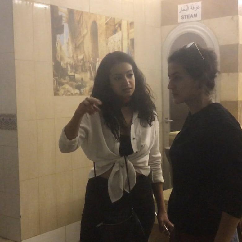 مصورة تبرز ما يجسده الحمام التقليدي للنساء بالعالم العربي
