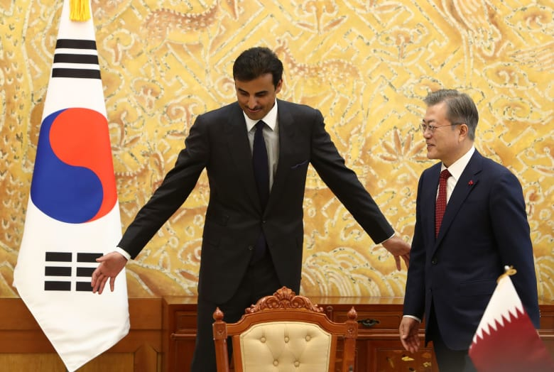"""زيارة أمير قطر إلى كوريا الجنوبية.. تعديل """"غترة"""" طفل وحديث كروي"""
